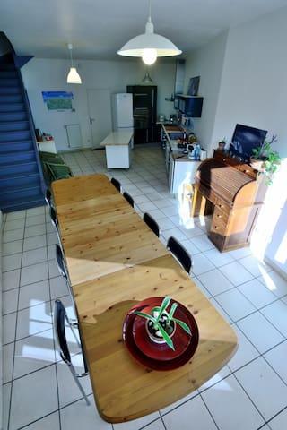 Le coin repas avec la possibilité d'accueillir jusqu'à 16 convives à table.