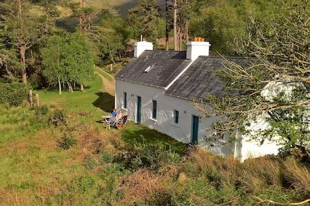 Traditional Kerry cottage near Glanmore Lake