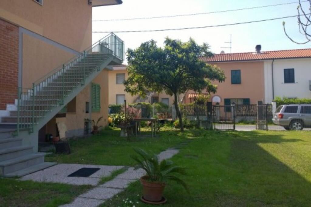 Giardino esterno e parcheggio