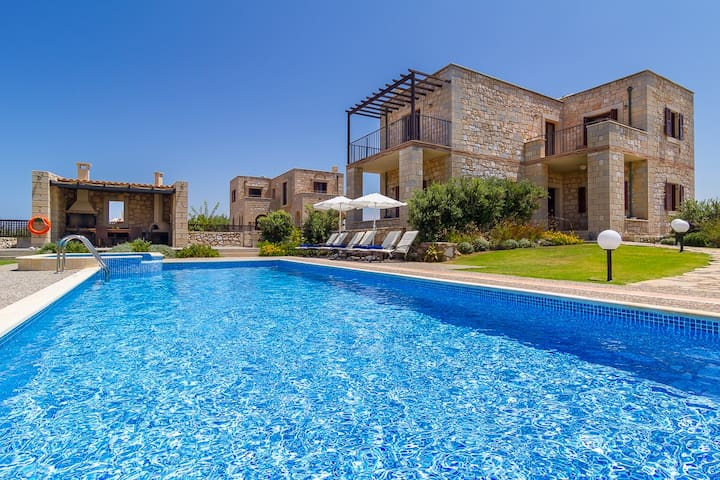Stone Built Private villa w/pool★30m to Beach★BBQ!