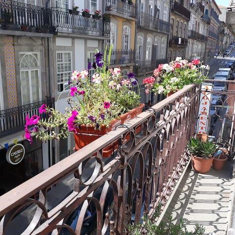 Room vert White Windows and balcony_Almada