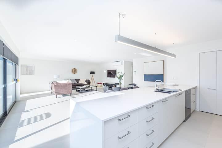 Kingston Beach Luxurious Apartment, Unit 2
