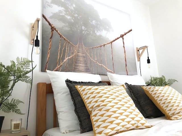 Chambre  lit double, avec placard et penderie. Literie neuve confort.