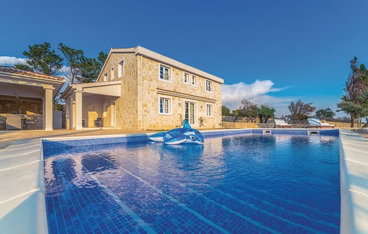 Luxury five bedroom villa with pool and seaview