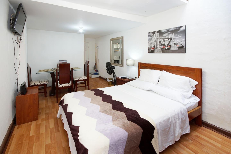 Alcoba, cama de 1.40 x 1.90; Radio reproductor de CD con puerto USB; TV pantalla plana; ventilador, mesa de noche, lámpara, ropa de cama, toallas, closet, ganchos para ropa