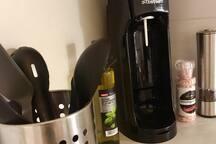 Keittiöstä löytyy muun muassa mausteet, monipuoliset ruuanlaittovälineet  ja limsakone.
