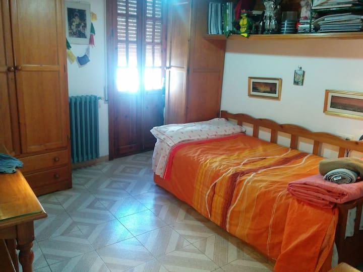 habitación con 1 y 2 camas ,baño,centro de Ronda