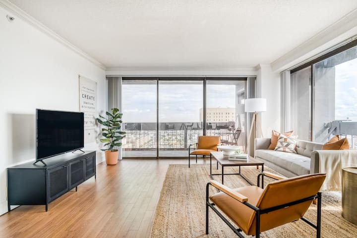 Breathtaking downtown views in this corner apartment by Lodgeur