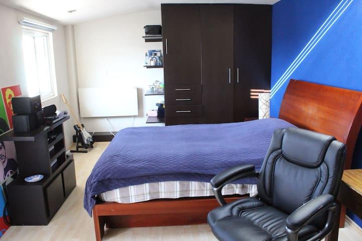 Habitación con cama