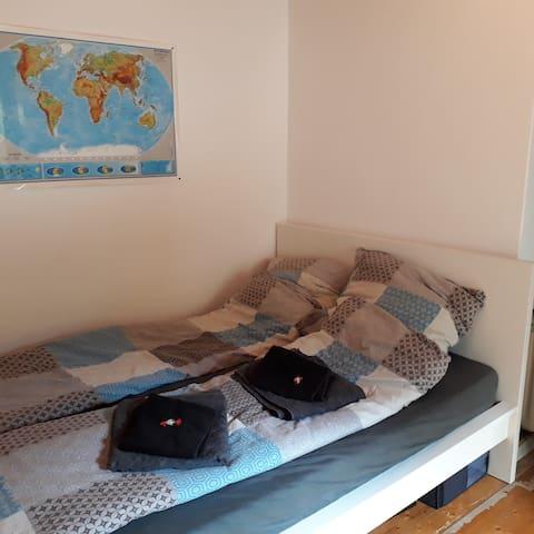 2. Schlafzimmer mit 1,40 m breitem Bett