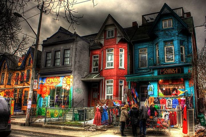 KENSINGTON MARKET!!! SLEEPS 4