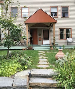 Cozy room in convenient, arty home! - Brattleboro