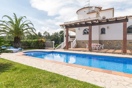 Villa with private swimming pool and free WiFi