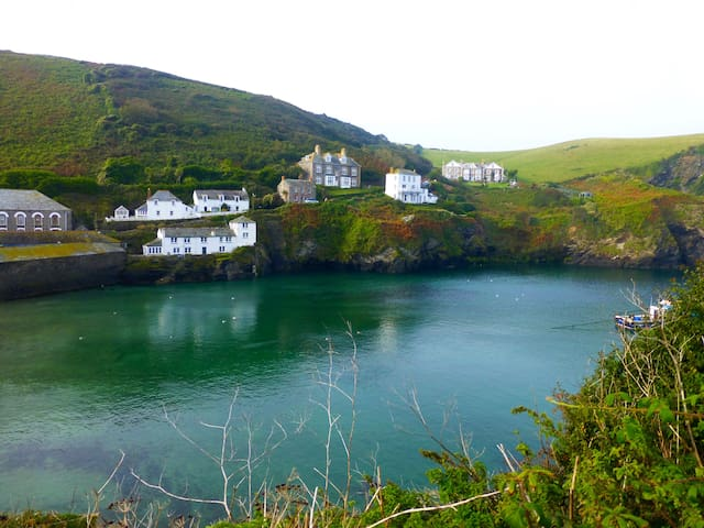 Port Isaac.. park here and walk everywhere - Port Isaac - 平房