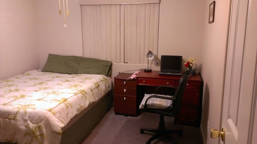 Quiet Room 15 mins from the Strip 1