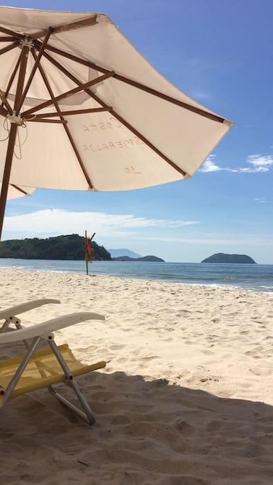 Praia com Ombrelones