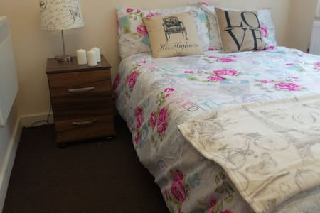 THE SPACE INCLUDES A  DOUBLE BED FULLY FURNISHED  WITH WARDROBE DESK BEDSIDE WARDROBE ENSUITE SHOWER SINK TOILET  IN A BUILDING WITH SECURITY CONCIERGE, WALKING DISTANCE TO THE CITY CENTER , LOCAL AMENITIES BUSES TRAINS