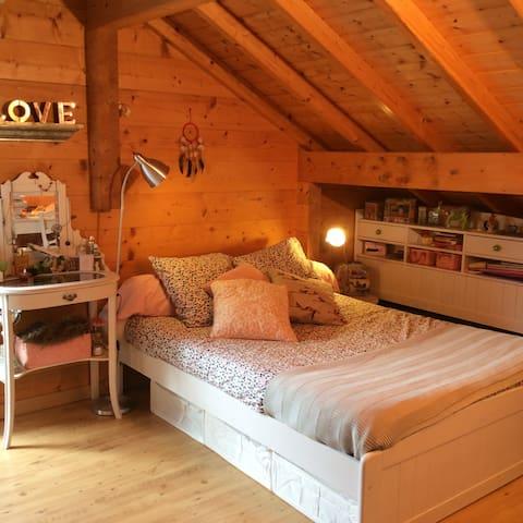 Belle chambre avec balcon vue montagne