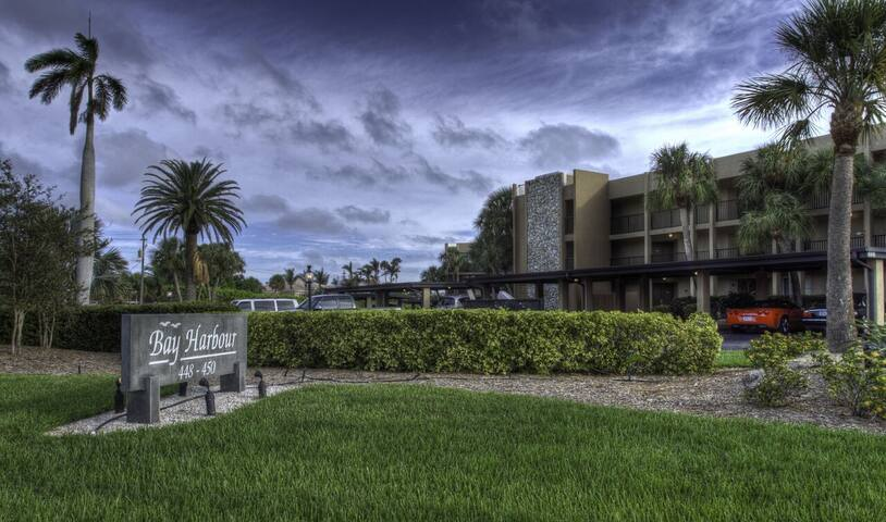 Updated turnkey Bay Harbour vacation retreat with view of the Sarasota Bay!