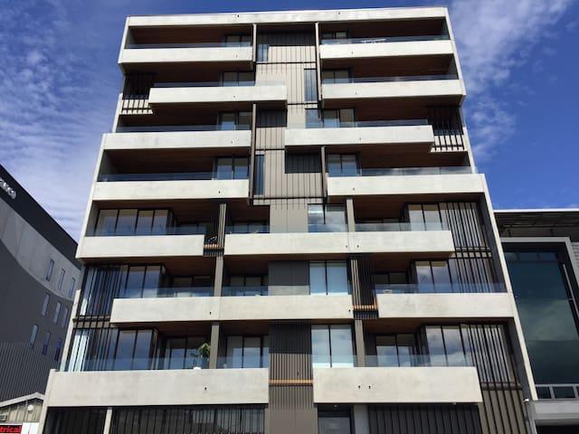 Central Auckland - Stylish, 3 Brm Apt, 5 star