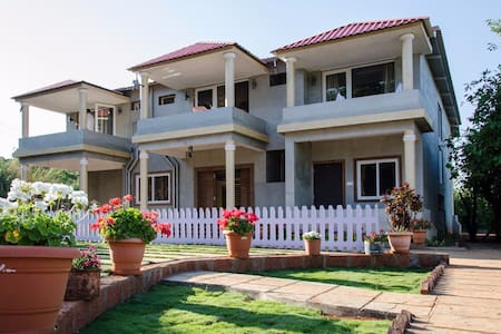 Luxury family room - Mahabaleshwar