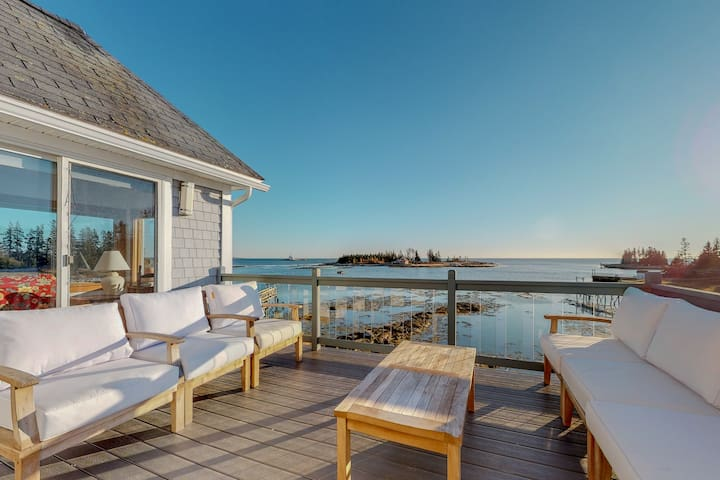 Stunning oceanfront cottage w/ private deck and ocean views!