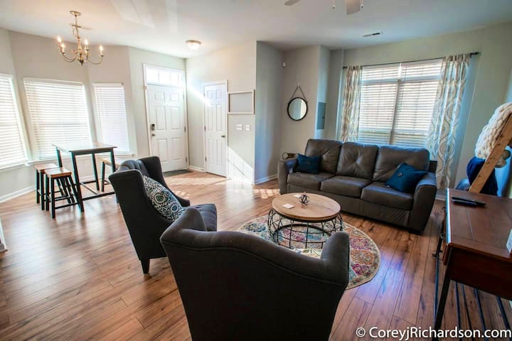 LARGE Updated Townhome Minutes to Downtown Raleigh