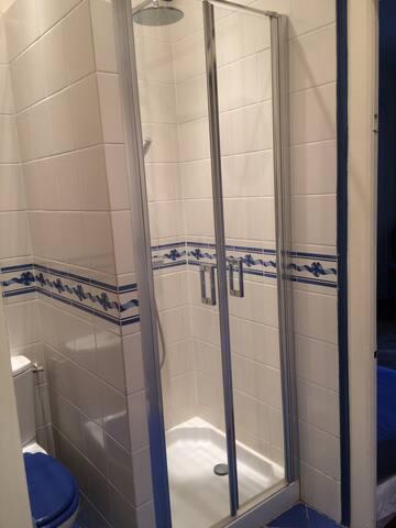 Versailles RD, chambre avec salle de bain et wc