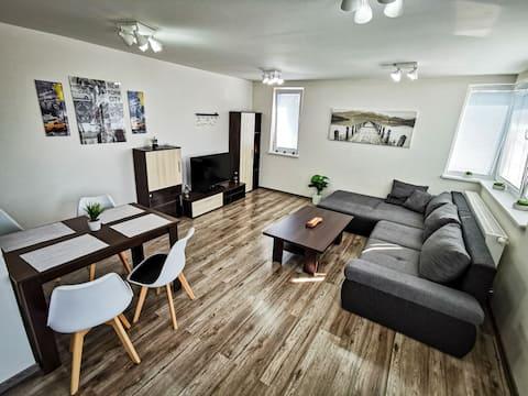 Luxusný, plne zariadený apartmánový byt so súkromným bezplatným, parkovaním, Wi-Fi,TV, klimatizácia a mnoho ďalšieho. Apartmán sa nachádza neďaleko historického kúpeľného mesta Bojnice. Tešíme sa Vašu návštevu.
