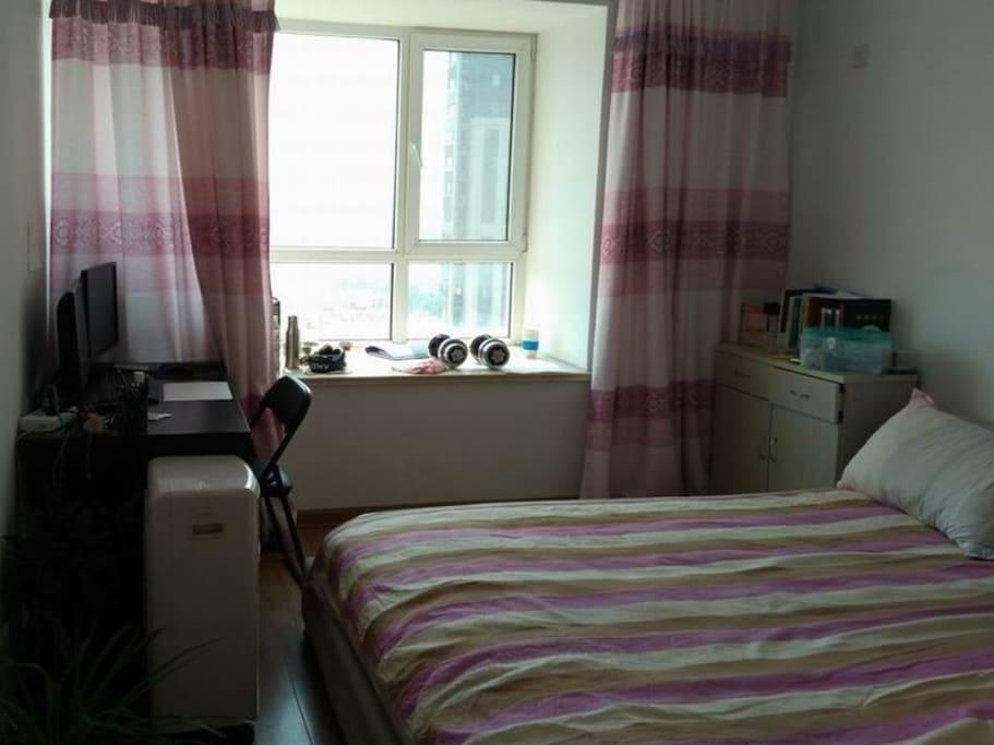 主卧室明亮并且舒适,2.0米大床