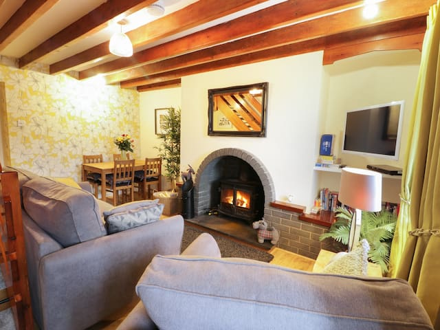 LLETY, pet friendly, character holiday cottage in Trefor, Ref 967073