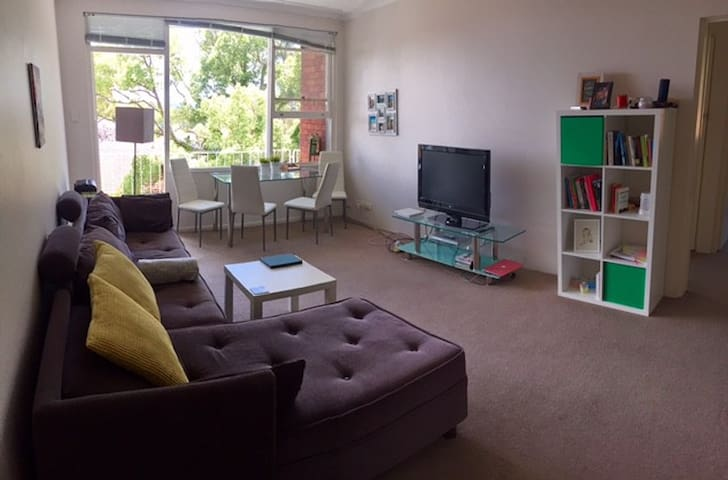 Bright bedroom in apartment 10mins from the city!