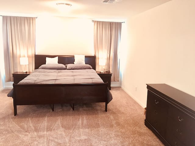 LV 5BR 3BA 3 stories 10 mins to strip & airport