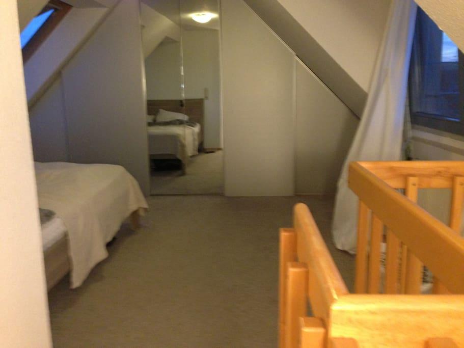 Schlafzimmer offener Zugang zur Treppe
