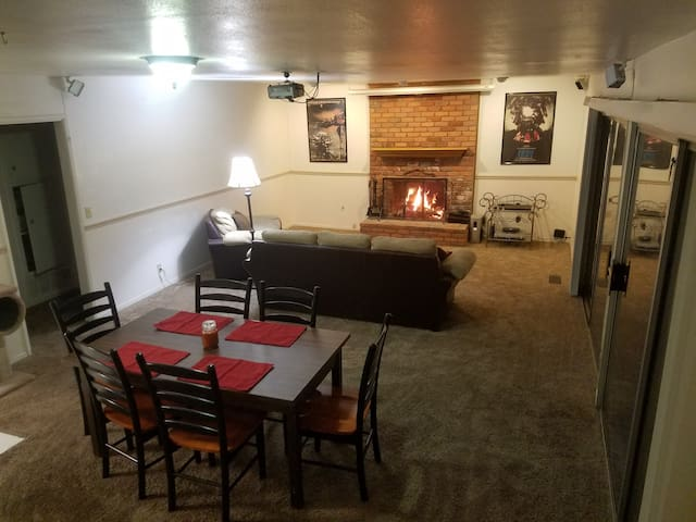 Large 4 Bedroom House with Sauna, Gym, and Wifi