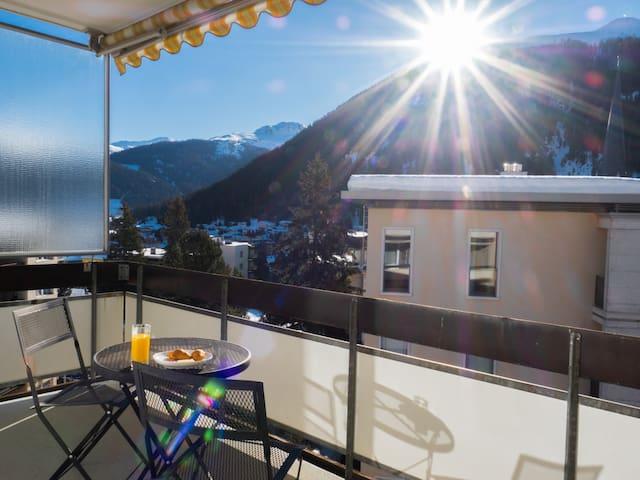 Balkon mis Aussicht in die Davoser Bergwelt