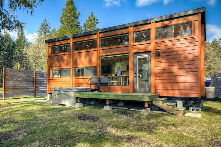 Stunning Waterfront Tiny Home! Hot Tub and Kayaks!