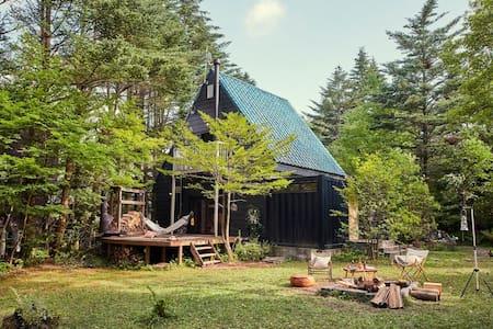 【LAKESIDE HOUSE】軽井沢の森の中、湖畔の別荘