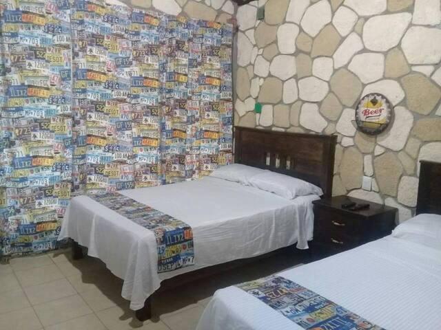 Cabaña confortable, baño completo, agua caliente, frigobar, tv dish, dos camas matrimoniales. aire acondicionado.
