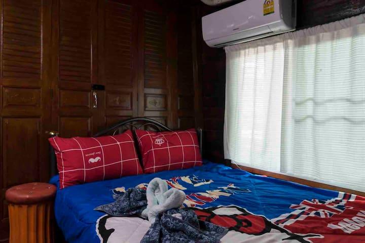 ห้องพักพร้อมห้องน้ำส่วนตัว (r2)ในบ้านไม้เรือนไทยใจกลางเมือง
