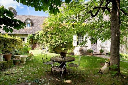 Chambre Armoise - LA FOURNIO - Chaussenac - Bed & Breakfast