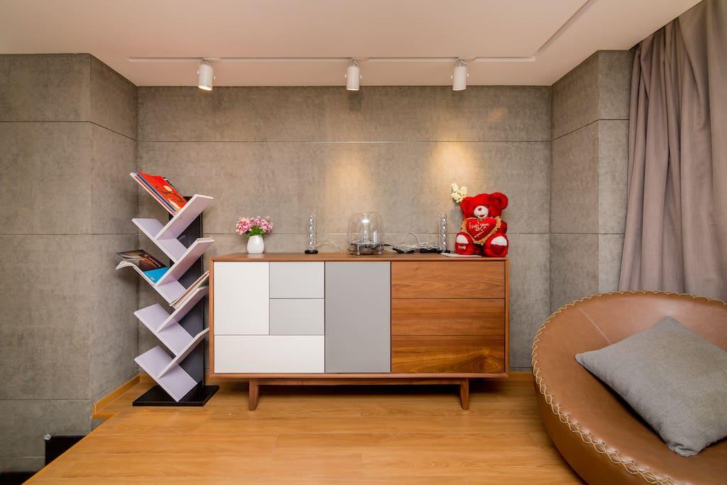 阁楼书柜和音乐吧台
