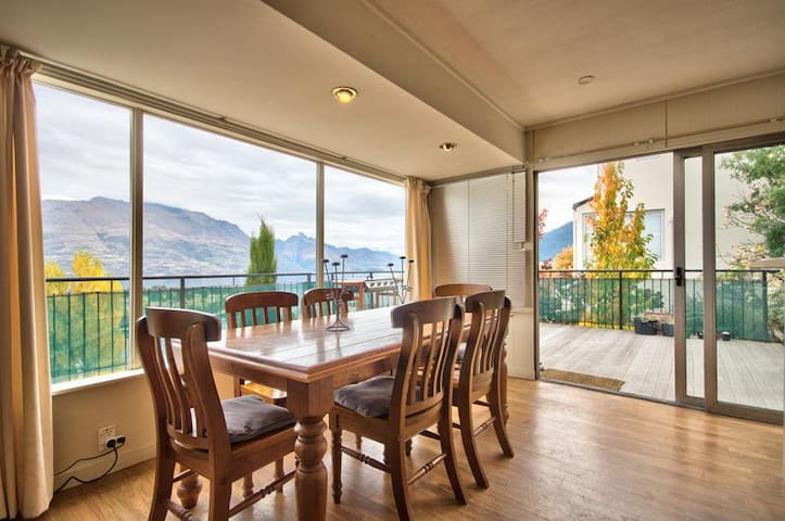 WALK TO TOWN stand alone house with the best views - Queenstown - House