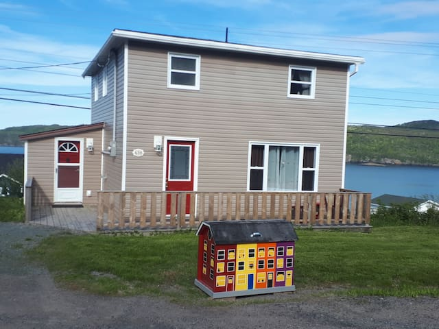 Traditional NL Saltbox by the Sea