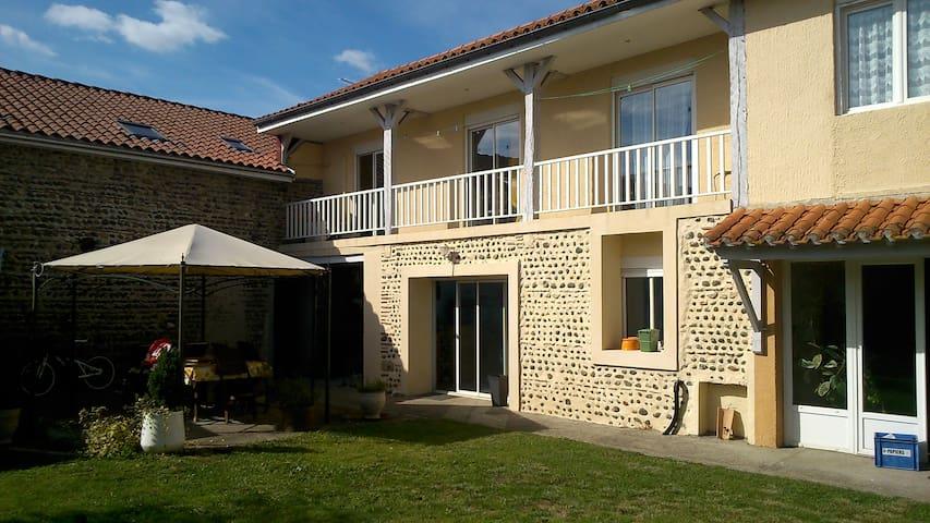 Chambre avec balcon proche Marciac - Maubourguet - ทาวน์เฮาส์