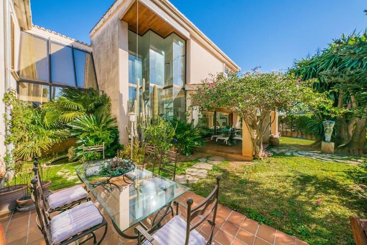 Villa Tramontana: Stylish house with pool & garden