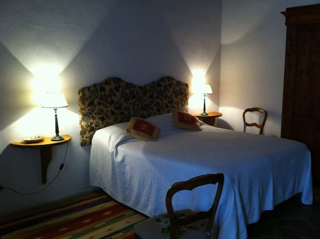COSY DOUBLE BED ROOM + Jacuzzi & pool IN CHIANTI!