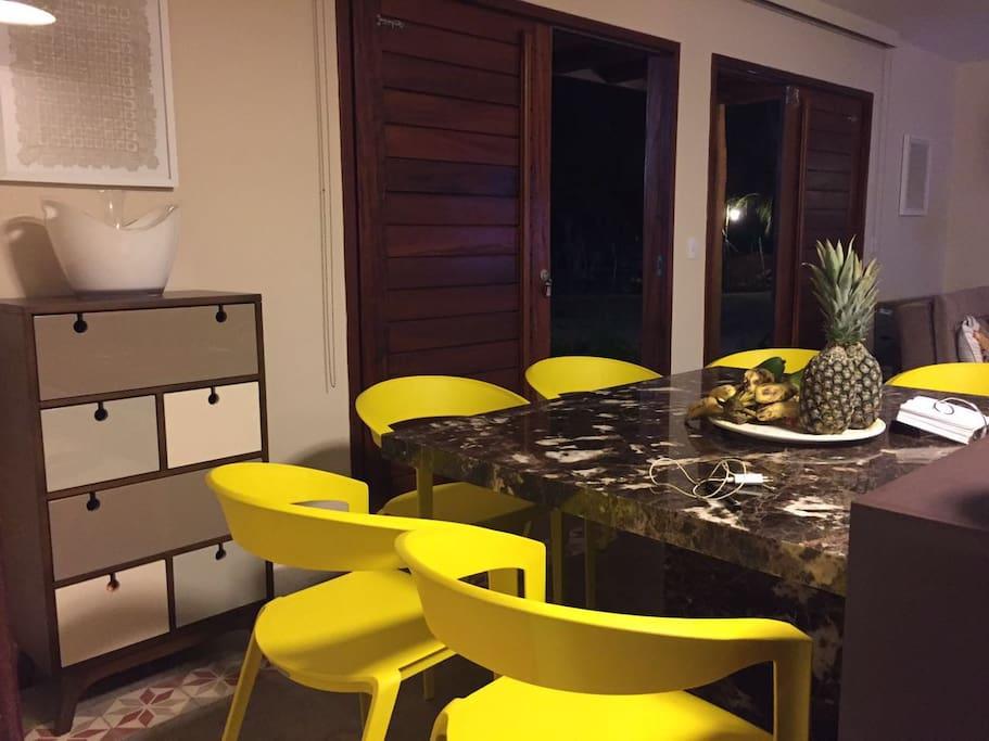 Mesa de jantar e porta de entrada