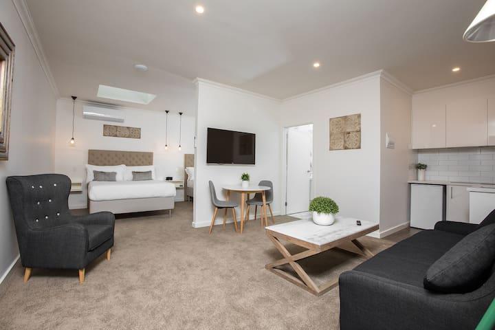 Newington Apartments - Apt 5 Twin Queen, New!