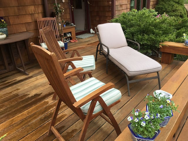 Shared front deck (has table & 4-chairs for outdoor eating)